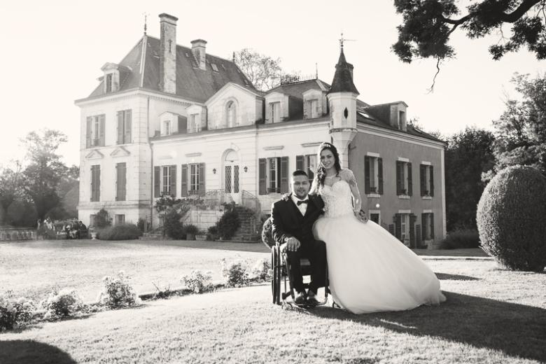 Jeunes mariés devant le château du Domaine de Montplaisir