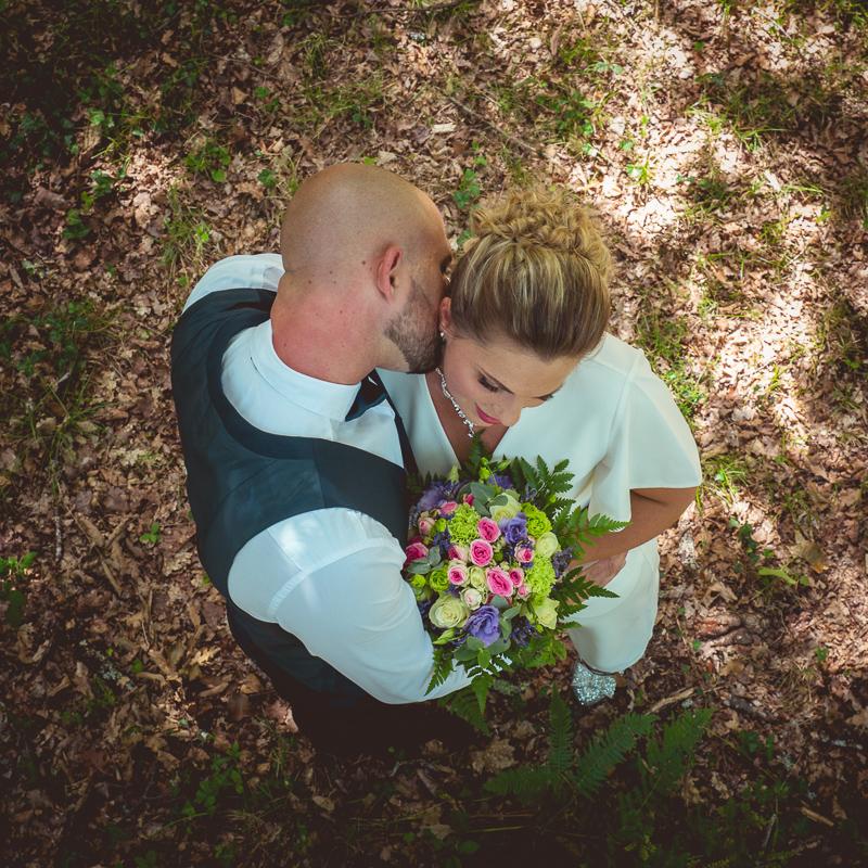 Jeune couple en vue plongeante sur un tapis de feuilles