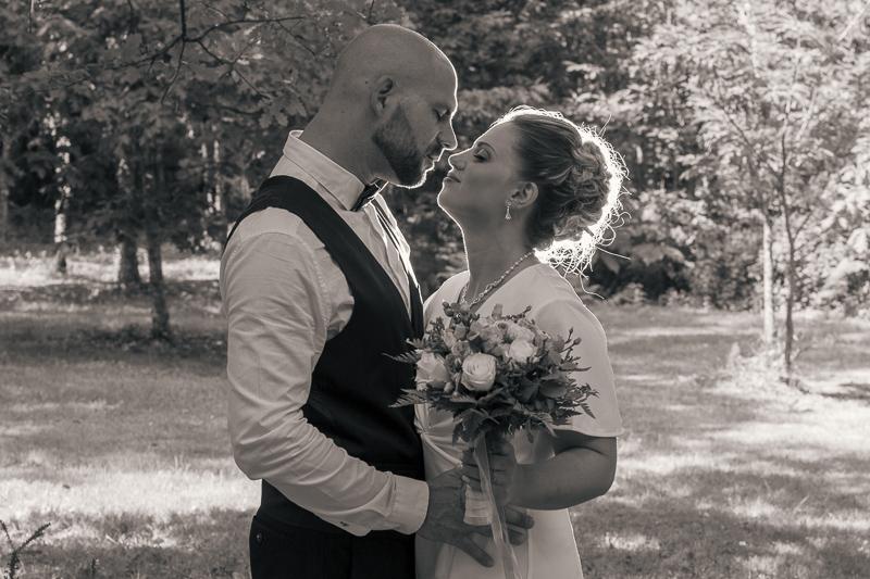 Couple photographiés avec un effet de halo