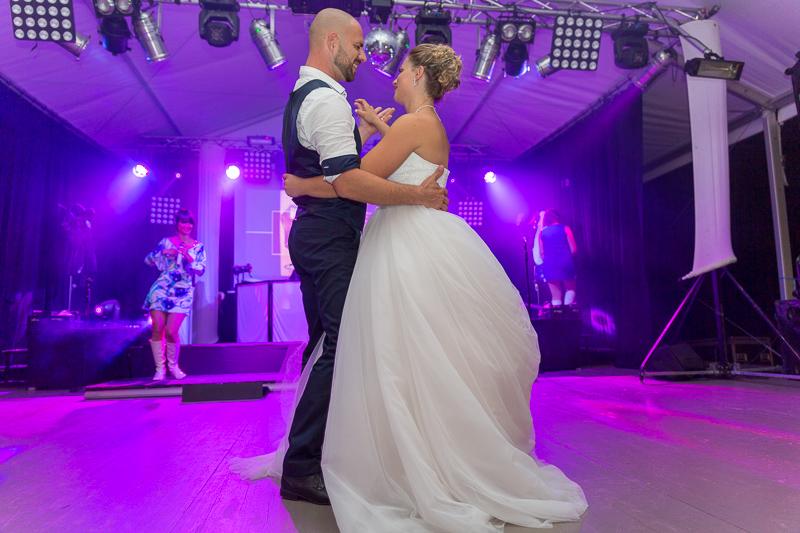 les jeunes mariés ouvrent les bal