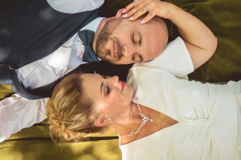 jeune couple en vue de dessus sur une couverture verte