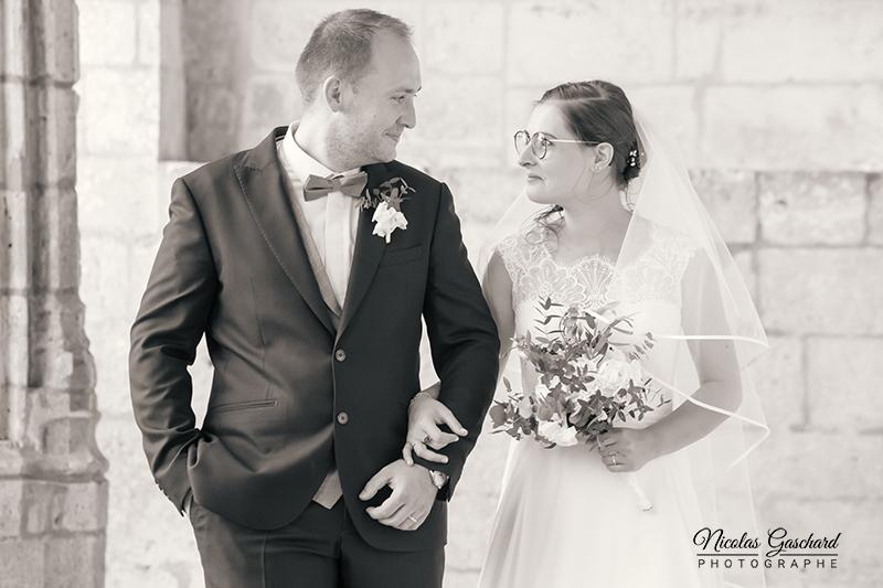 couple de jeunes mariés dans l'abbaye de Brantôme