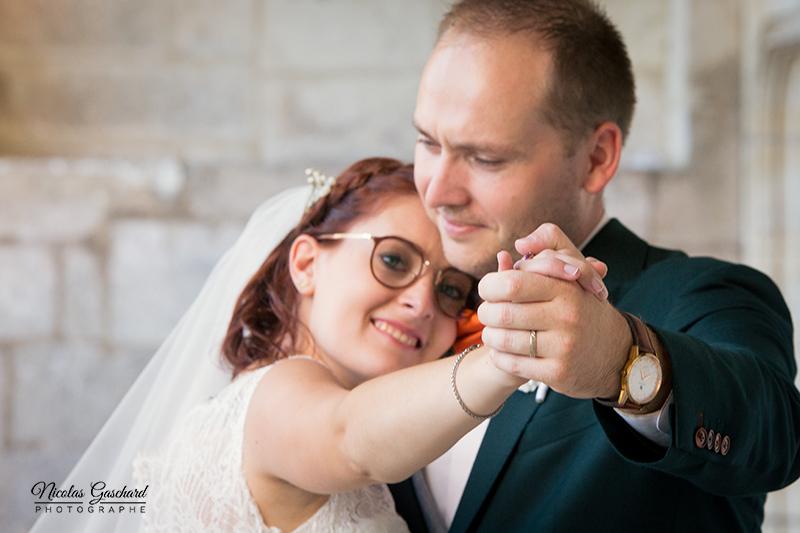 Couple de jeunes mariés enlacés main dans la main