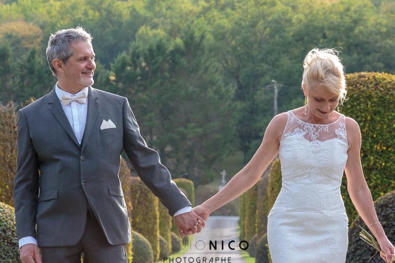 couples de jeunes mariés main dans la main