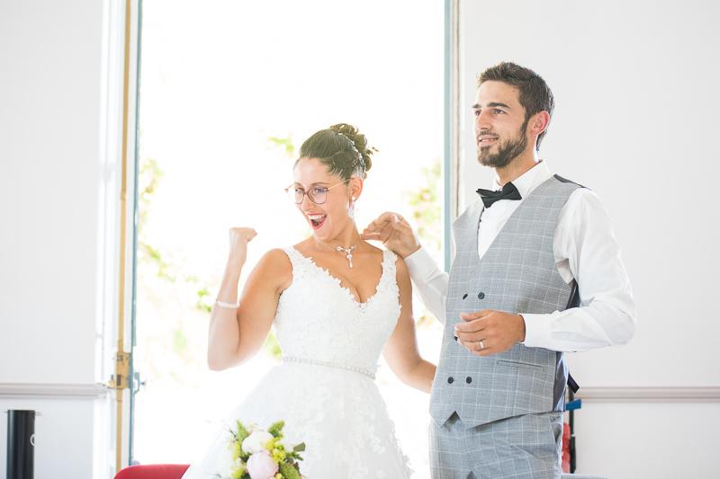 couple de jeunes mariés à la mairie de Saint Astier en Dordogne